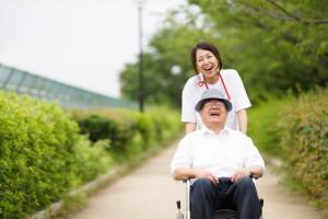 笑顔で車椅子